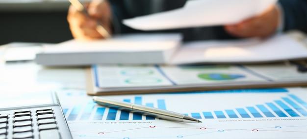 Calculatrice D'argent Et Statistiques Financières Sur Le Presse-papiers Photo Premium