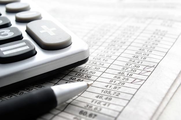 Calculatrice et articles de papeterie sur la table Photo Premium