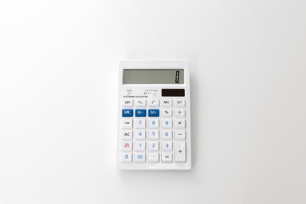 Calculatrice sur un blanc Photo Premium