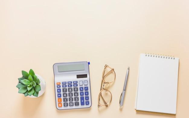 Calculatrice avec bloc-notes sur la table Photo gratuit