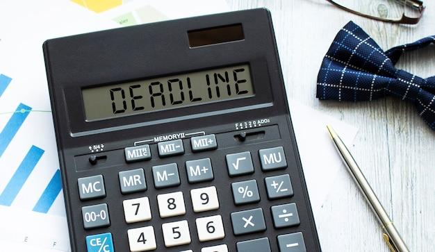La Calculatrice étiquetée Deadline Se Trouve Sur Les Documents Financiers Au Bureau Photo Premium