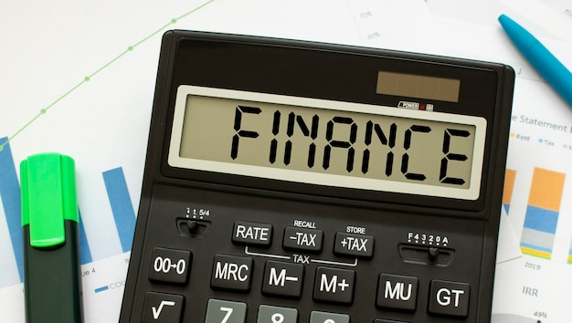 La Calculatrice Intitulée Finance Se Trouve Sur Les Documents Financiers Du Bureau. Photo Premium