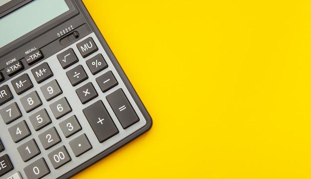 Calculatrice moderne sur jaune Photo Premium