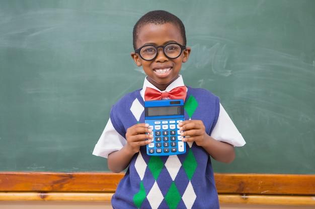 Calculatrice montrant heureux élève Photo Premium