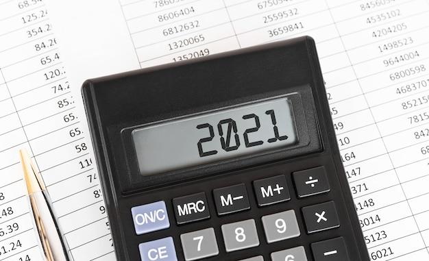 Calculatrice Avec Le Mot 2021 à L'écran. Photo Premium
