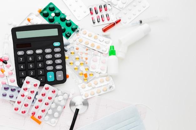 Calculatrice à Plat Et Différents Types De Pilules Photo gratuit
