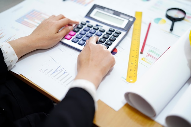 Calculatrice de presse comptable sur papier graphique pour le projet de travail dans les bureaux modernes. Photo Premium