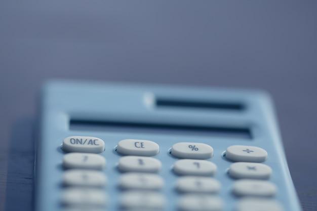 Calculatrice et stylo sur le fond du livre Photo Premium