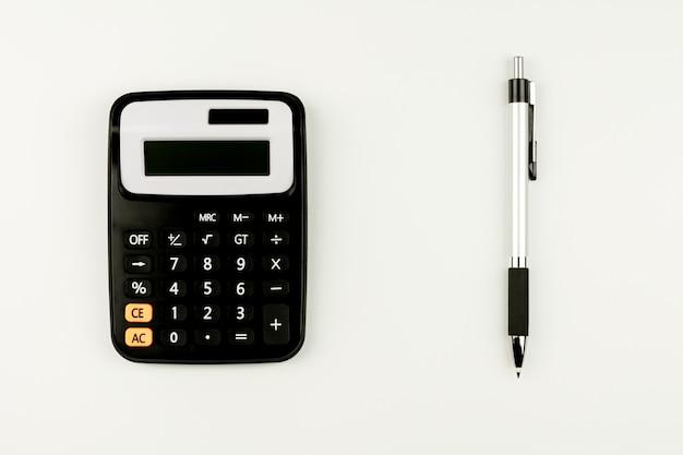 Calculatrice et et un stylo sur le tableau blanc. - vue de dessus avec espace de copie. Photo Premium