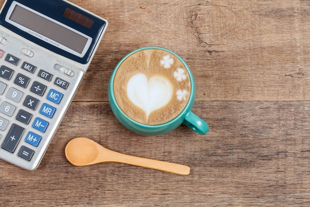 Calculatrice et tasse de café sur bois Photo Premium