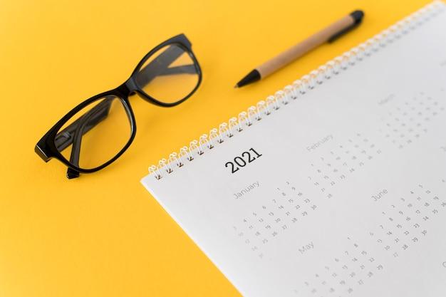 Calendrier 2021 De Papeterie Haute Vue Sur Fond Jaune Photo Premium