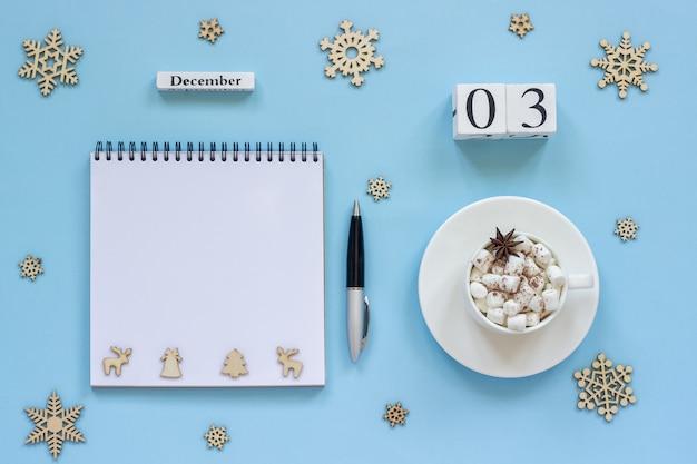 Calendrier 3 tasse de cacao et guimauve, bloc-notes vide et ouvert Photo Premium