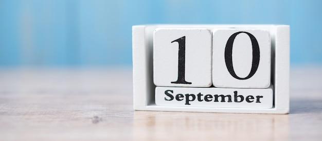 Calendrier blanc sur bois du 10 septembre avec espace de copie des textes, journée mondiale de la prévention du suicide. Photo Premium