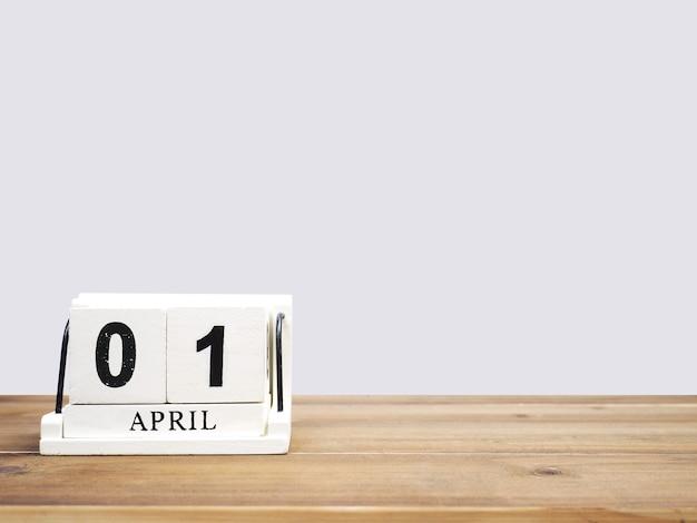 Calendrier De Bloc De Bois Vintage Blanc Date Actuelle 01 Et Mois Avril Sur Table En Bois Marron Sur Fond Gris Avec Espace De Copie. Photo Premium