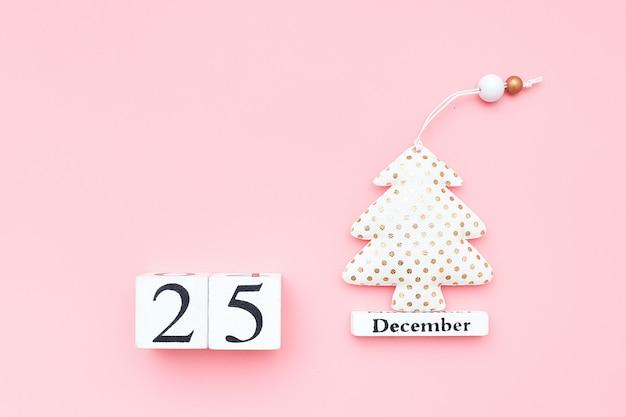 Calendrier En Bois 25 Décembre, Sapin De Noël Textile Sur Fond Rose. Concept De Joyeux Noël. Photo Premium