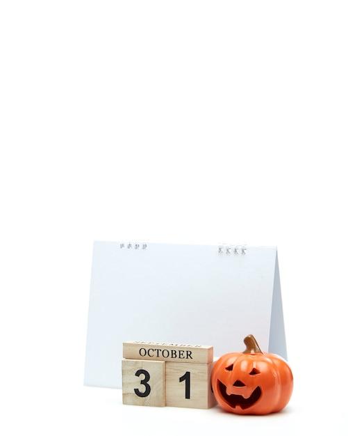 Calendrier En Bois 31 Octobre Avec Décoration D'halloween Sur Une Surface Blanche Photo Premium