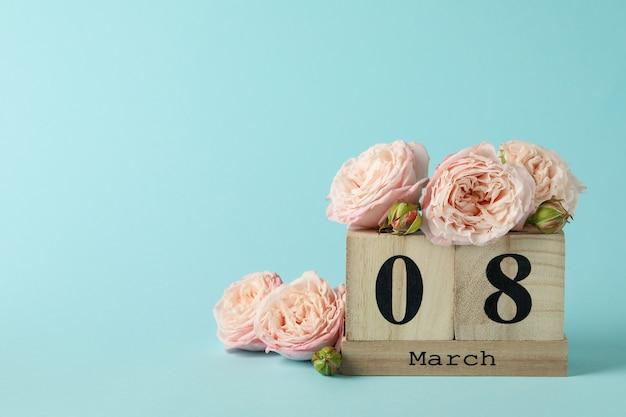 Calendrier En Bois Avec 8 Mars Et Roses Sur Fond Bleu Photo Premium