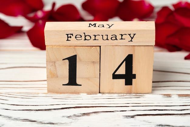 Calendrier En Bois Avec Date Du 14 Février Photo Premium