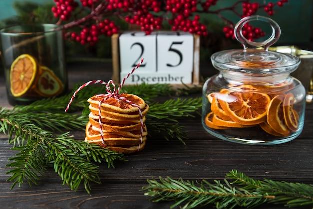 Calendrier en bois avec date du 25 décembre, décor de noël, copeaux d'orange sur bois Photo Premium