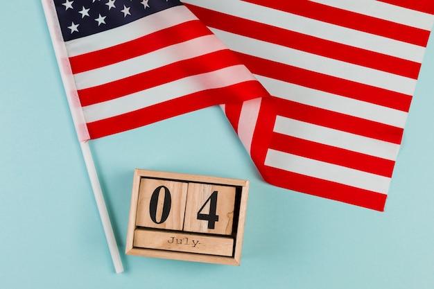 Calendrier en bois avec drapeau américain Photo gratuit