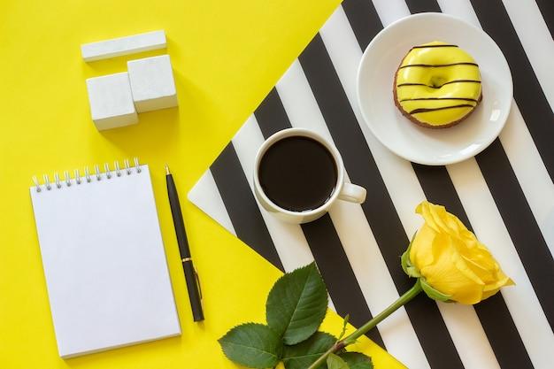 Calendrier De Cubes Vides Maquette Tamplate Pour Votre Date De Calendrier Tasse De Café, Beignet Rose Photo Premium