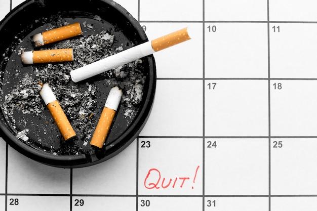 Calendrier Avec Date Pour Arrêter De Fumer Des Cigarettes Photo Premium