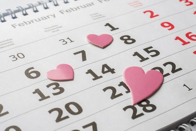 Calendrier du 14 février. valentin concept coeurs rouges Photo Premium