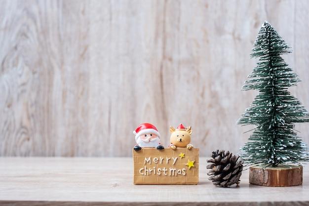 Calendrier du 25 décembre avec décoration de noël, bonhomme de neige, père noël Photo Premium
