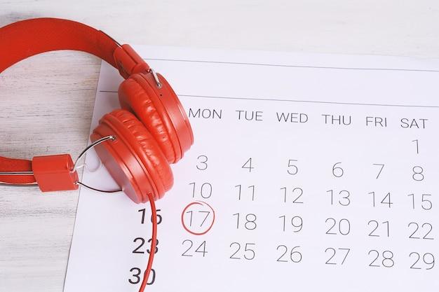 Calendrier avec des écouteurs. Photo Premium