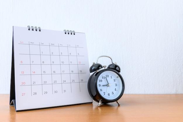 Calendrier Avec Jours Et Horloge Sur Table En Bois Photo Premium