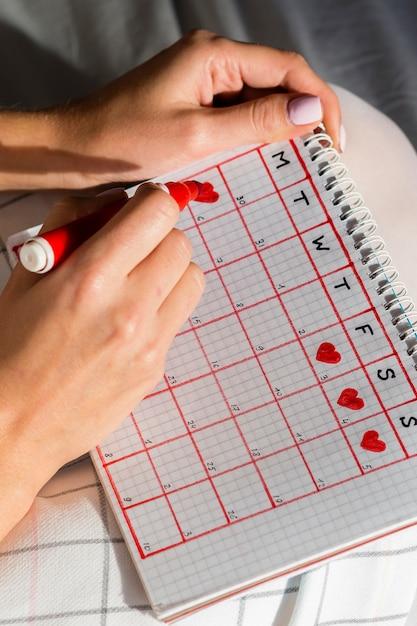 Calendrier de menstruation avec coeurs Photo gratuit