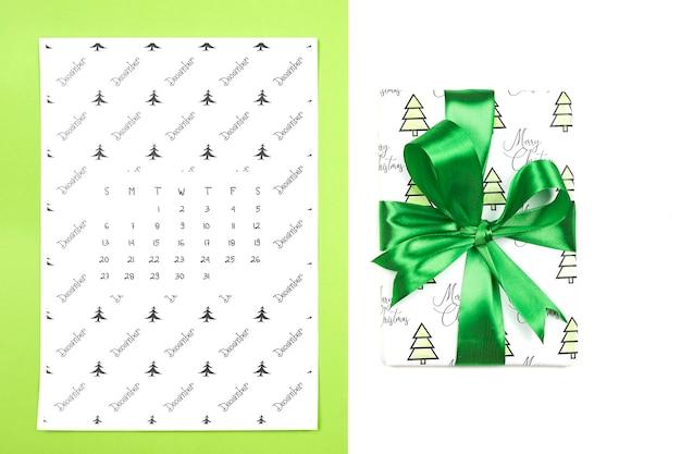 Calendrier Mensuel De Décembre Sur Fond Coloré Clair. Calendrier Papier De Décembre Photo Premium