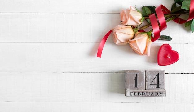Calendrier Perpétuel En Bois Au 14 Février, Cœur De Bougie Et Bouquet De Roses. Concept Saint-valentin. Photo Premium