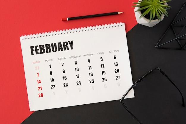 Calendrier De Planificateur Sur Fond Rouge Et Noir Photo gratuit
