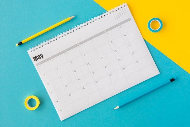 Calendrier De Planificateur Vue De Dessus Sur Fond Jaune Et Bleu Photo Premium