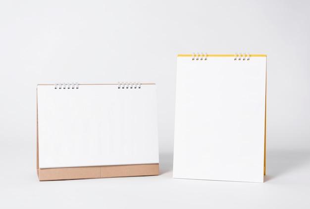 Calendrier en spirale de papier vierge pour la publicité de modèle de maquette et fond de marque. Photo Premium