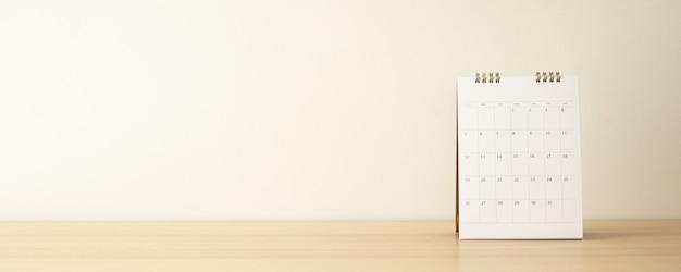 Calendrier Sur Table En Bois Avec Mur Blanc Photo Premium