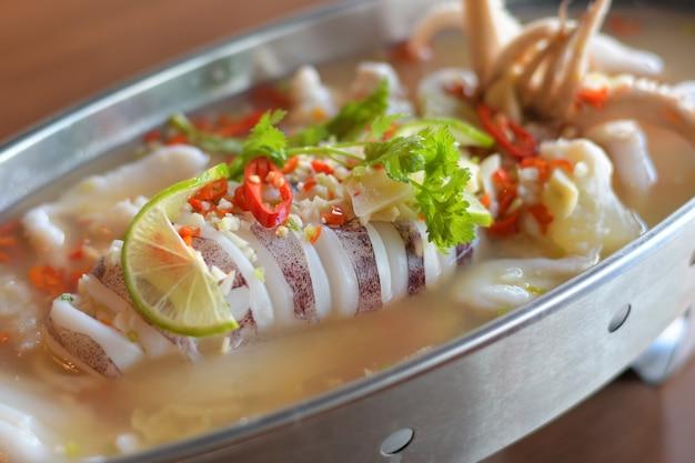 Calmars à la vapeur avec sauce chili épicée au citron. Photo Premium