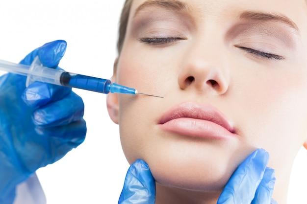 Calme Joli Modèle Ayant Une Injection De Botox Au Dessus Des Lèvres Photo Premium