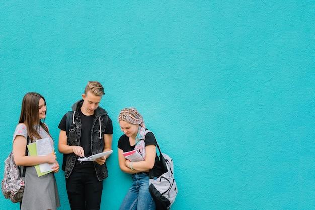 Les Camarades D'école Au Mur Turquoise Photo Premium