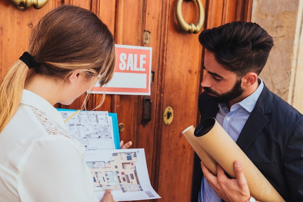 Les Camarades De Travail Regardent Les Plans De La Maison Photo gratuit