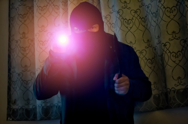 Cambrioleur est infiltré dans la maison Photo Premium