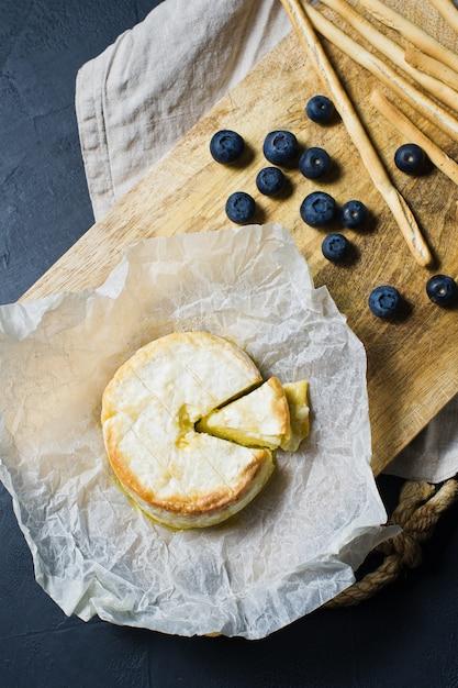 Camembert au four avec myrtilles et craquelins. Photo Premium
