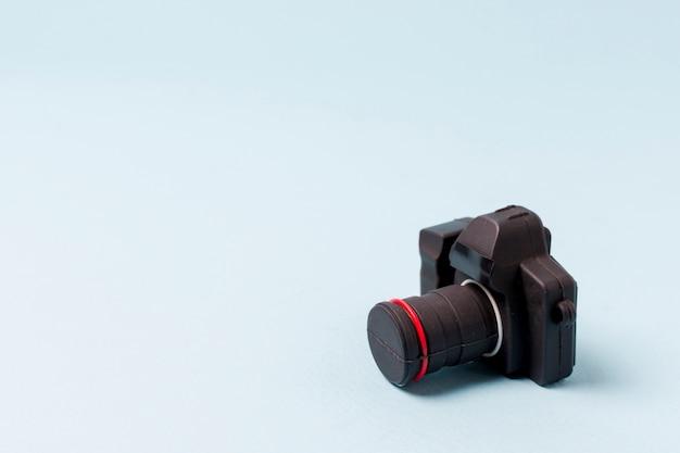 Une caméra artificielle noire sur fond bleu Photo gratuit