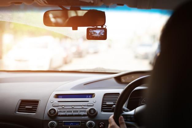 Caméra avant, femme au volant d'une voiture avec enregistreur vidéo Photo Premium