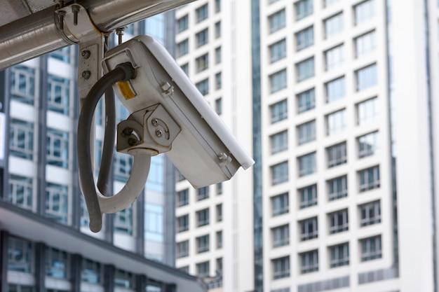 Caméra ip sur le mur avec fond de commerce, caméra de vidéosurveillance. Photo Premium