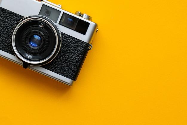 Caméra de mode sur bleu. accessoires rétro vintage Photo Premium