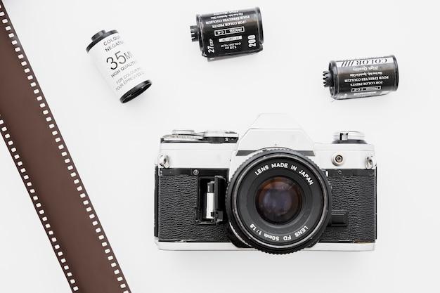 Caméra près de la bande de film et des cassettes Photo gratuit