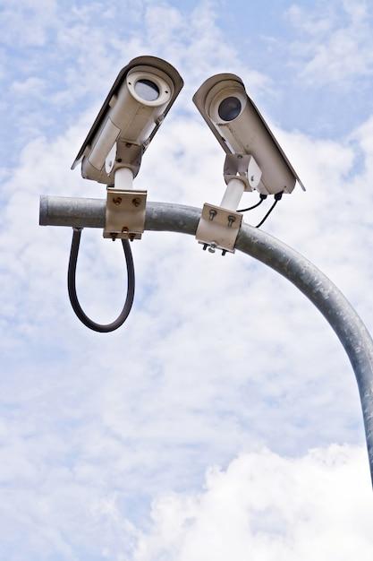 Caméra de surveillance ou de vidéosurveillance sur ciel bleu Photo Premium