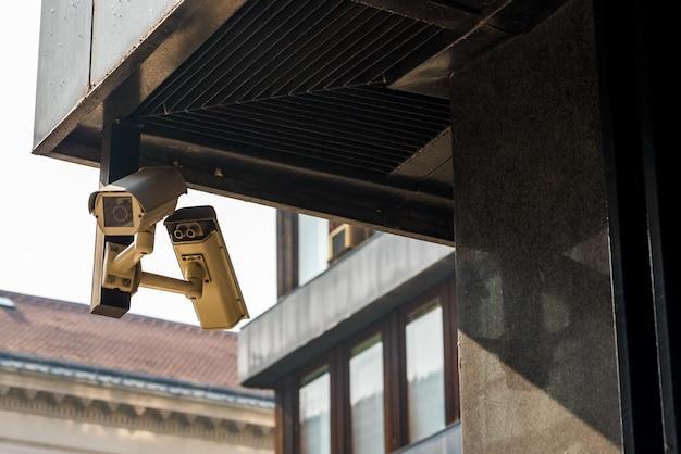 Caméras De Vidéosurveillance Sur La Maison Au Coin Photo Premium
